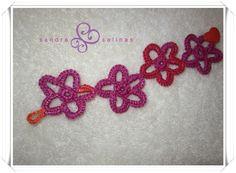 Pulsera tejida con detalles de flores