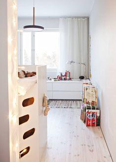 Matti on tehnyt Urhon huoneen sänkysäilytyskalusteen Martan suunnitelmien mukaan. Siinä hyödynnettiin vanhoja lipastoja, joiden päälle sänky sijoitettiin. Kirjahylly on Matin suunnittelema, ikkunan alla on Ikean laatikostot  sekä Tolomeo-valaisin. Riippu-kattovalaisin Matin suunnittelema. Räsymatot on Ikealle suunnitellut muotoilijaystävä Erik Bertell.