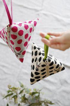 Echino Standard - Sambar - Natural & Black - Ö N E M L İ - Echino Standard – Sambar – Natural & Black - Bag Patterns To Sew, Sewing Patterns, Sewing Crafts, Sewing Projects, Triangle Bag, Echino, Fabric Bags, Sewing Techniques, Zipper Bags
