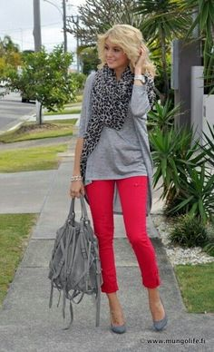 work outfits with red pants Ideas - Femalikes Image Fashion, Look Fashion, Fashion Outfits, Womens Fashion, Red Outfits, Work Outfits, Fashion Scarves, Colored Jeans Outfits, Colored Denim