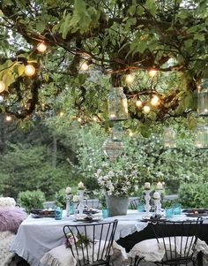 Outdoor Farmhouse Dining Made Easy. Give your outdoor space a fresh, new farmhouse look. It is so inviting and cozy for outdoor dining. Outdoor Living Rooms, Outdoor Dining, Outdoor Spaces, Dining Tables, Farmhouse Dining Room Lighting, Mesa Exterior, Outdoor Garden Decor, Outdoor Ideas, Backyard Ideas