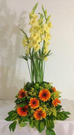 Diseño lado de Novios Gladiolus Bouquet, Gladiolus Arrangements, Creative Flower Arrangements, Church Flower Arrangements, Church Flowers, Beautiful Flower Arrangements, Funeral Flowers, Floral Arrangements, Beautiful Flowers