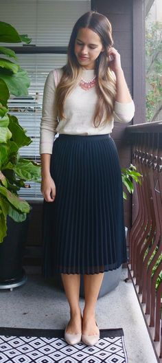Jules in Flats - September Work Outfit - Sweater + Midi Skirt + Flats Source by aldinagrbic fashion Modest Dresses, Modest Outfits, Classy Outfits, Casual Outfits, Cute Outfits, Modest Clothing, Satin Dresses, Women's Clothing, Moda Fashion