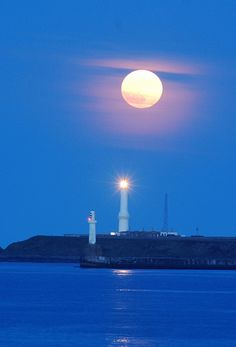 Girdleness lighthouse and full moon, Aberdeen http://www.rentalcarsuk.net/aberdeen-airport.html