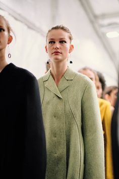 See all the Backstage photos from Jil Sander Autumn/Winter 2019 Ready-To-Wear now on British Vogue Fashion Over 50, Gold Fashion, Fashion Details, Fashion Design, Jil Sander, Zac Posen, Christian Dior, Campaign Fashion, Vogue