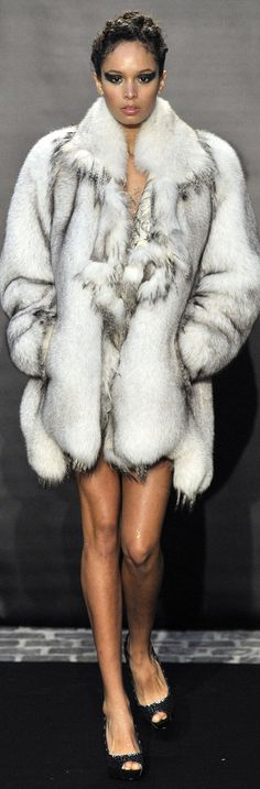 Love this fabulous fur collar from Fred Sathal Haute Couture F/W Fur Fashion, Couture Fashion, Runway Fashion, High Fashion, Winter Fashion, Womens Fashion, Fabulous Furs, Vogue, Winter Wear
