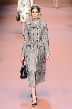Collezione Dolce&Gabbana Autunno Inverno 2015/2016   Cappotto doppiopetto in tessuto grigio damascato   FOTO