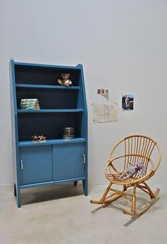 Petite bibliothèque Secrétaire en bois des années 60 réaménagé en une adorable petite bibliothèque. Peinte en bleu baltique puis vernie.Trois étagèresde hauteur différentes etun espace de range…