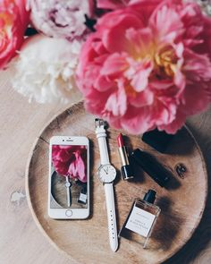 flat lay flowers, phone and wooden plate Flat Lay Photography, Coffee Photography, Photography Backdrops, Jewelry Photography, Photography Tips, Blog Instagram, Flat Lay Inspiration, Design Inspiration, Hello Sunday