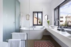 Baño de una vivienda con un gran ventanal que aporta mucha luz.
