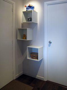 Prestatgeries per aprofitar petits espais en el rebedor.