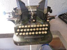 MAQUINA DE ESCRIBIR OLIVER DE ALAS, MUY ANTIGUA Writing Machine, Nerd Decor, Interior Design Books, Antique Typewriter, Harry Potter Decor, Bookshelf Styling, Older Models, Weird Cars, Vintage Typewriters