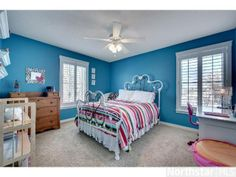 Bright and lively girl's bedroom design. Love this blue and pink color scheme.