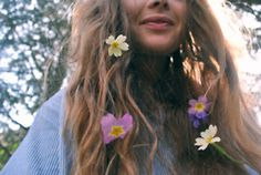 Can we all just find a field with some pretty flowers next to a lake to chill at for a few days? They'll call us hippies, but who cares? Flowers In Hair, Pretty Flowers, Hair Goals, Hair And Nails, Her Hair, Hair Inspiration, Hair Inspo, Curls, Hair Makeup