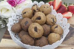 Chocolate-Chip Cookie Dough Protein AmazeBalls Raw Food Recipes, Snack Recipes, Healthy Recipes, Power Bars, Cashew Butter, Protein Ball, Chocolate Chip Cookie Dough, Health Eating, Something Sweet