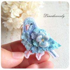 レース編みの小さなお花をたくさん集めて、ぎゅっとハート型にしてみました。生成りの糸で編んでいるので、落ち着いた色合いに仕上がっています。オトナの方でもお使いいただけると思います。裏地は革。約5cm×4.5cm