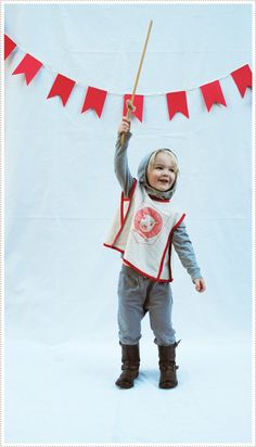 DIY Knight Costume - pretty much the idea is if I have a whole brood of little boys (which I probably won't) they will be a My knights of the round table, of the Monty Python variety. Costume Halloween, Diy Knight Costume, Dress Up Costumes, Diy Costumes, Holidays Halloween, Halloween Kids, Knight Halloween, Rei Arthur, King Arthur