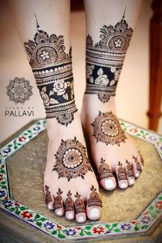 While those minimal bridal feet mehndi designs look super flamboyant, and somehow, the charm of the timeless leg mehndi designs is unparalleled. Pretty Henna Designs, Full Hand Mehndi Designs, Mehndi Designs 2018, Mehndi Designs For Girls, Mehndi Design Photos, Dulhan Mehndi Designs, Mehndi Designs For Hands, Mehandi Designs, Mehndi Images