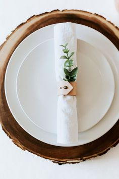 How to create your own DIY natural table setting using a round wood charger, white dinner plates, white linen napkin, a leather napkin ring, and a pop of greenery with a leaf. Easy and cheap place setting for a dinner party or gathering. Beautiful Table Settings, Wedding Table Settings, Round Table Settings, Setting Table, Place Settings, White Dinner Plates, White Plates, Diy Table, Wood Table