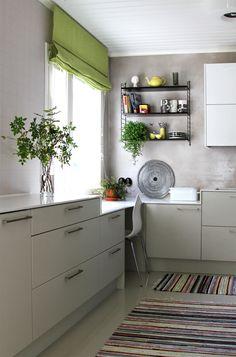 Harmaa keittiö.  Grey kitchen. String, Marimekko.