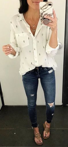 #spring #outfits woman in white shirt and blue jeans. Pic by @thesisterstudioig