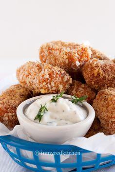 Écht Amerikaans finger food: Sweet Potato Tater Tots van zoete aardappelen met geitenkaas en een heerlijk fris knoflook & tijm sausje om in te dippen.