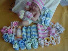 tricots pour prématurés Knitting Dolls Clothes, Doll Clothes, Tricot Baby, Barbie And Ken, Baby Hats, Kids Wear, Kids And Parenting, Handicraft, Baby Knitting