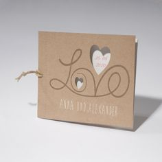 Detailverliebte Hochzeitskarte im Vintage-Stil als Fächerbindung mit hochwertigem Kraftpapier als Hülle und cremefarbenen Einlegern.