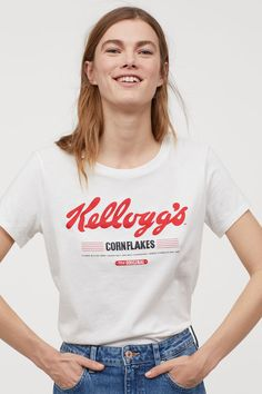 Discover a range of women's tops at H&M. From casual tees and crop tops to off-the-shoulder and going-out tops, shop online for every look. Universal Music Group, Mom Shirts, T Shirts For Women, Clothes For Women, Affordable Work Clothes, Going Out Tops, T Shirt Diy, Fashion Company, Lady