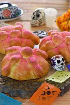 Pan de muerto, Day of the Dead bread is a traditional bread placed made as an offering for deceased loved ones in celebration of their lives. Vanitas, Mexican Bread, Day Of The Dead Party, Pan Dulce, Mexican Food Recipes, Mexican Desserts, Drink Recipes, Dinner Recipes, Sweet Tooth