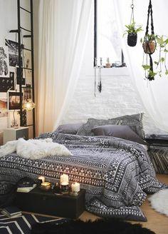jolie chambre à coucher de style hippie, avec couverture de lit en blanc et noir