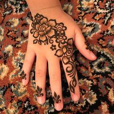 This tiny hand also wanted fancy floral designs  #throwback _ #eshennafix #henna #bridal #sg #wedding #singapore #bridalhenna #inai #mehendi #mehndi #heena #art #intricate #design #bride #pengantin #culture #love #hennasg #artist #hennainspire #inspire #doodle #igsg #singaporehenna #sgwedding #singaporewedding #eshennamix