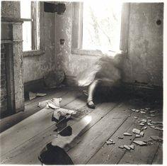 Francesca Woodman - House #3, Providence, Rhode Island, 1976.  * Não foi em NYC, mas foi perto