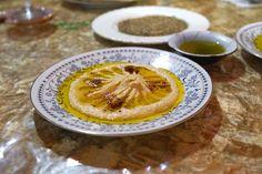 「ヨルダン料理」とは耳慣れないけれど、一体どんな料理なのでしょうか。池袋「月の砂漠」では、多数の本格的なアラブ料理を食べることができます。一歩入れば異空間。ペットと一緒に楽しむことができます。今回は猫と一緒に、そんな珍しいヨルダン料理を堪能してきました。野菜をいっぱい使いながら食べ応えのある料理の数々をご覧ください。(池袋のグルメ・アジア・エスニック料理)