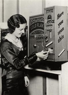 Una máquina expendedora que encendió cigarrillos por un centavo. Inglaterra, 1931..