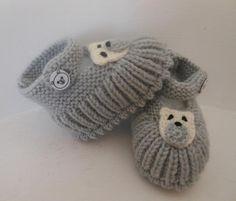 """""""Sweet baby booties (t-s Knitting For Kids, Baby Knitting Patterns, Knitting Socks, Knitting Projects, Hand Knitting, Knitted Baby Clothes, Crochet Baby Shoes, Crochet Slippers, Knit Or Crochet"""