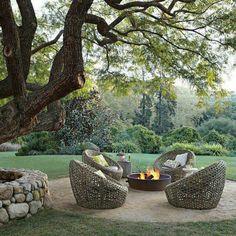 Wunderbarer Garten mit Rattanmöbelset und Feuerplatz in der Mitte