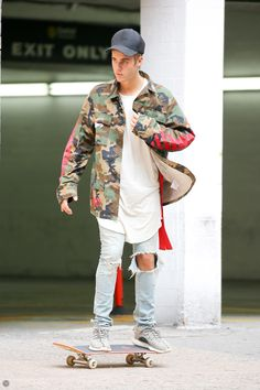 Justin Bieber in Saint Laurent Paris Saint Laurent Jeans (Crash denim Reissue) Justin Bieber 2015, Justin Bieber Outfits, Justin Bieber Style, Justin Bieber Dressing Style, Outfits Hombre, Celebs, Celebrities, Swagg, Streetwear Fashion