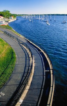 Minnesota has hundreds of miles of running & walking paths around the lakes. Pictured: Lake Calhoun Bike & Run Path - Minneapolis, MN. Click for more on Twin Cities parks.