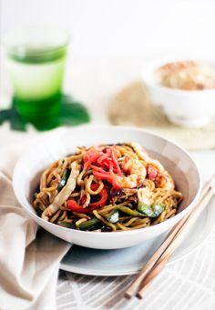 Seafood yakisoba - Yakisoba, literalmente significa fideos a la parrilla, su origen se encuentra en los fideos chow mein chinos, estos se aderezan con salsa de soja, mientras que en Japón a los yakisoba se le añade salsa Worcestershire. Son un plato tan fácil y rico de preparar que podría comerlos a diario...