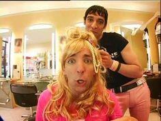 Samantha Oups ! Samantha se recoiffe au salon de coiffure