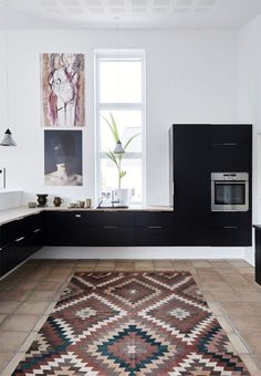 Modern and black wall-mounted kitchen from HTH. The ethnic carpet provides a cozy atmosphere. Home Interior, Interior Design Kitchen, Interior Decorating, Country Look, Duravit, Minimalist Kitchen, Black Walls, Interior Inspiration, Home Kitchens