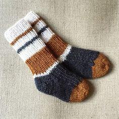 Familiens mindste fylder snart 1 år og der er brug for varme sokker i gummistøvlerne og indenfor i den kolde tid. I Str. 0-24 mdr. kan min tålmodighed lige være med til strømpe/sokke-strik så her e