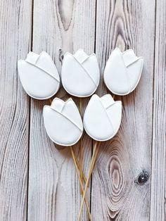 Купить или заказать Пряники Букет тюльпанов в интернет-магазине на Ярмарке Мастеров. Сделайте приятный и необычный подарок своей любимой, жене, маме, коллеге! Поверьте, она оценит по достоинству! Букет из пряничков это вкусно и красиво! Пряники на палочке, 5 тюльпанов на палочке (цвет может быть изменён по Вашему желанию) Хранить в сухом и прохладном…