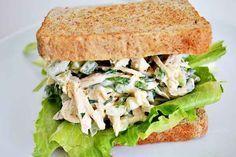 Riquísisimo sándwich de ensalada pollo.