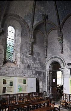 Chapelle Sainte-Madeleine de l'église Ste-Radegonde à Poitiers.- 27) STE-RADEGONDE, INTERIEUR, SALLE CAPITULAIRE: La salle capitulaire, de la fin du XII°s-début XIII°s est accolée au mur sud de la nef. Elle est de type angevine. Elle présente une voûte à 8 nervures et des culots sculptés de figures. La clé de voûte est sculptée d'un Christ bénissant. Cette salle, la chapelle Marie Madeleine, était utilisée par les chanoines comme oratoire. Elle contient de nombreux bustes de rois et de…