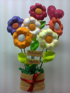 Florero Reuse Plastic Bottles, Foam Crafts, Diy Flowers, Deco, Mother's Day, Feltro, Ideas, Mothers Day Crafts, Recycled Crafts