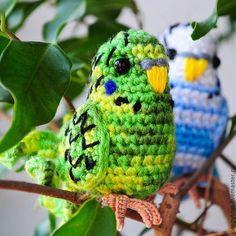 Купить или заказать игрушка вязаная Попугай волнистый в интернет-магазине на Ярмарке Мастеров. Вязаный волнистый попугайчик желто-зеленой или бело-голубой расцветки. Такую игрушку можно посадить на ветку комнатного растения или на рабочий стол.