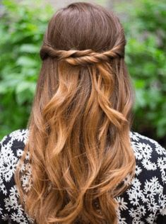 For those lazy, tiring, or busy days, try doing one of these 8 easy hairstyles for busy women. They'll look stunning without a lot of effort. Daily Hairstyles, Trending Hairstyles, Down Hairstyles, Cute Hairstyles, Braided Hairstyles, Long Hair Highlights, Simple Prom Hair, Elegant Wedding Hair, Short Wavy Hair