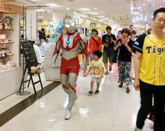 ウルトラマン、タイガースショップの一日店長に 大阪:朝日新聞デジタル